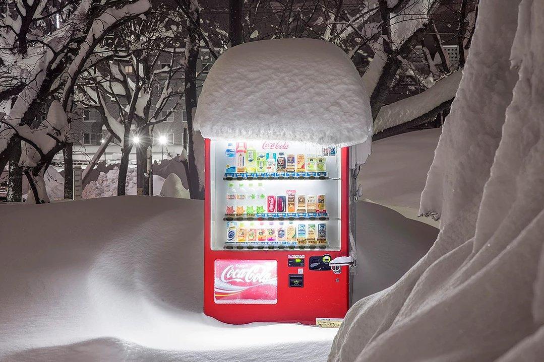 日本の自販機写真たち。確かに自販機は独自の文化になっている。デジタルでもアナログでもない何かが街に溶け込んでいる不思議な感覚。 https://t.co/v7GK3Mr0RI https://t.co/zu0vfwEs8H