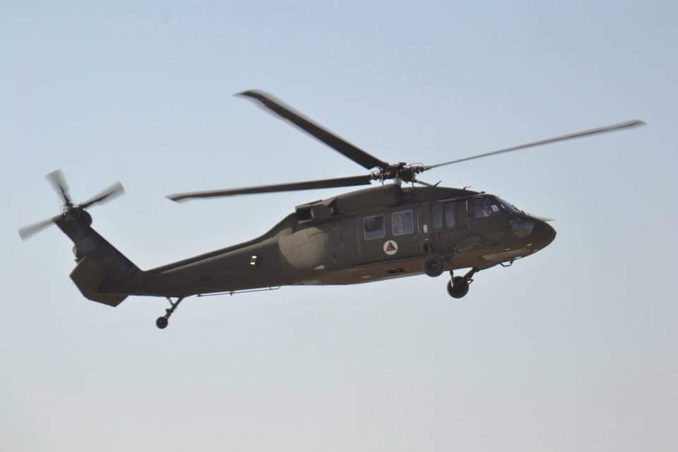 القوات الأفغانية تتسلم 4 مروحيات بلاك هوك من واشنطن DLjR0YPW4AUOHDm