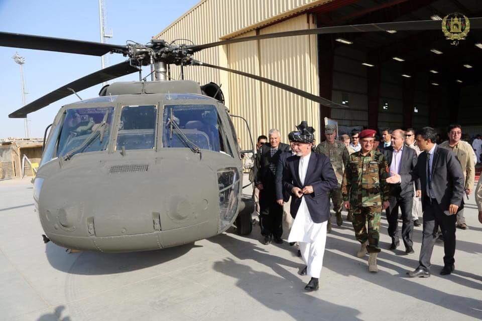 القوات الأفغانية تتسلم 4 مروحيات بلاك هوك من واشنطن DLjboQvWkAYnqi6