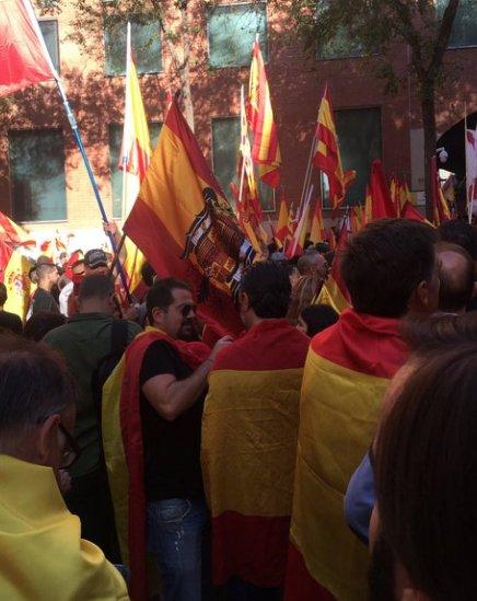 Banderas franquistas en la marcha contra la independencia en Barcelona https://t.co/glmWdZZjip