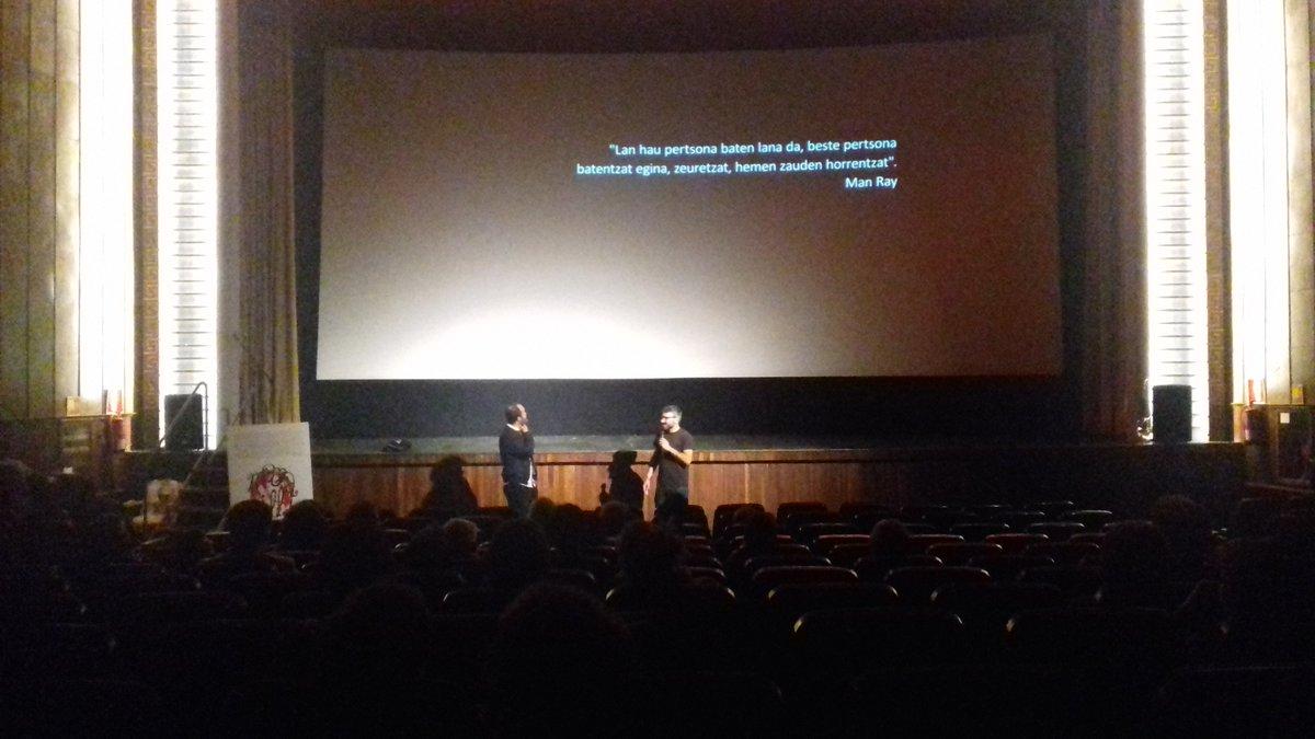 Txalo artean hartu du publikoak Oskar Alegria Ondarroako zineman #EmakBakia filmea ikusi ostean #Marabilli