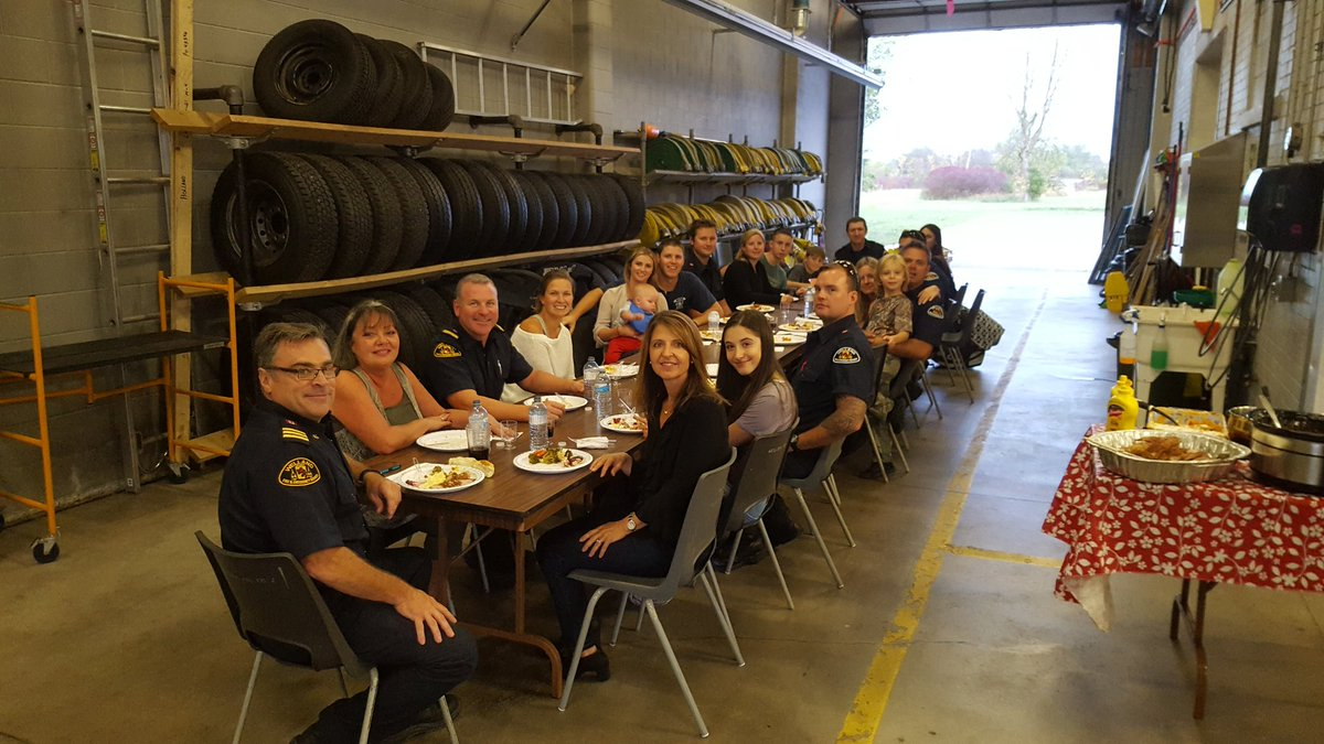 When you work 24 hours on a holiday and can't go home to your family, your family comes to you! A Platoon family dinner #thankfulforfamily <br>http://pic.twitter.com/bZfQkM4ZAY