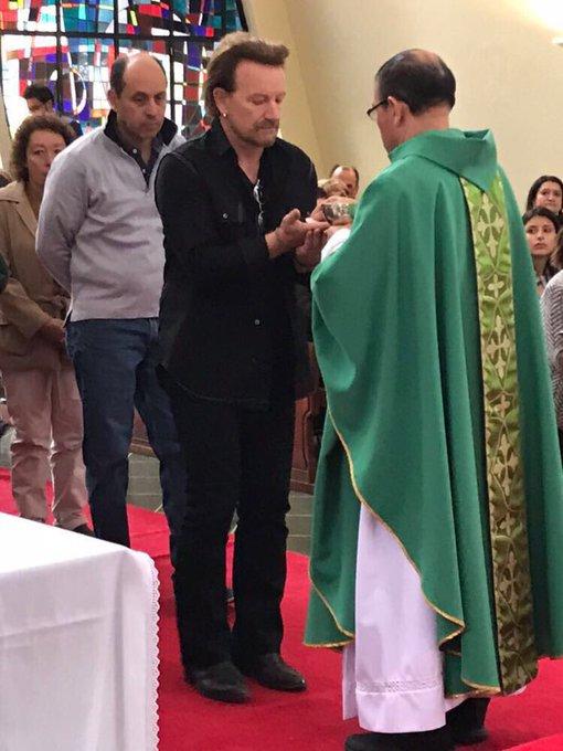Bono Comulgando en Colombia