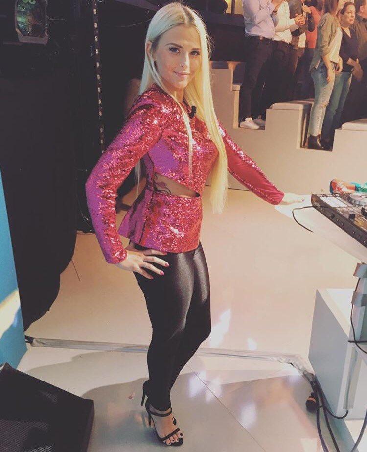 @kelly_vedovelli en top glitter @ASOS et legging cuir @americanapparel sur #TPMP #teamstyl&#39;<br>http://pic.twitter.com/tHLqjFpqKb