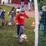 Fröhliches Fußball-Fest: Rund 60 Familien hatten gestern Spaß im Sonnenhof #Berlin mit unserem Stiftungs-Botschafter @felixkroos18. Danke!