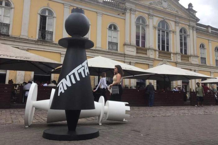 Em ação de marketing, @Anitta dispõe peças gigantes de xadrez em Porto Alegre https://t.co/Q5PFAmY19n