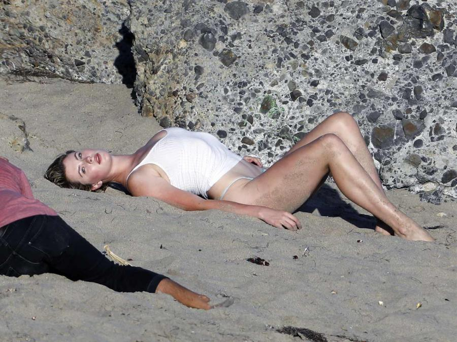 Struggling to finish the day? Get through with these. Photos: Ireland Baldwin sizzles in sexy beach photoshoot: https://t.co/K5MuDs0WQw