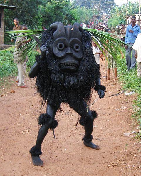 ナイジェリア、ユトゥートゥ村の祭りの衣装だそう。これは特撮力高いですね