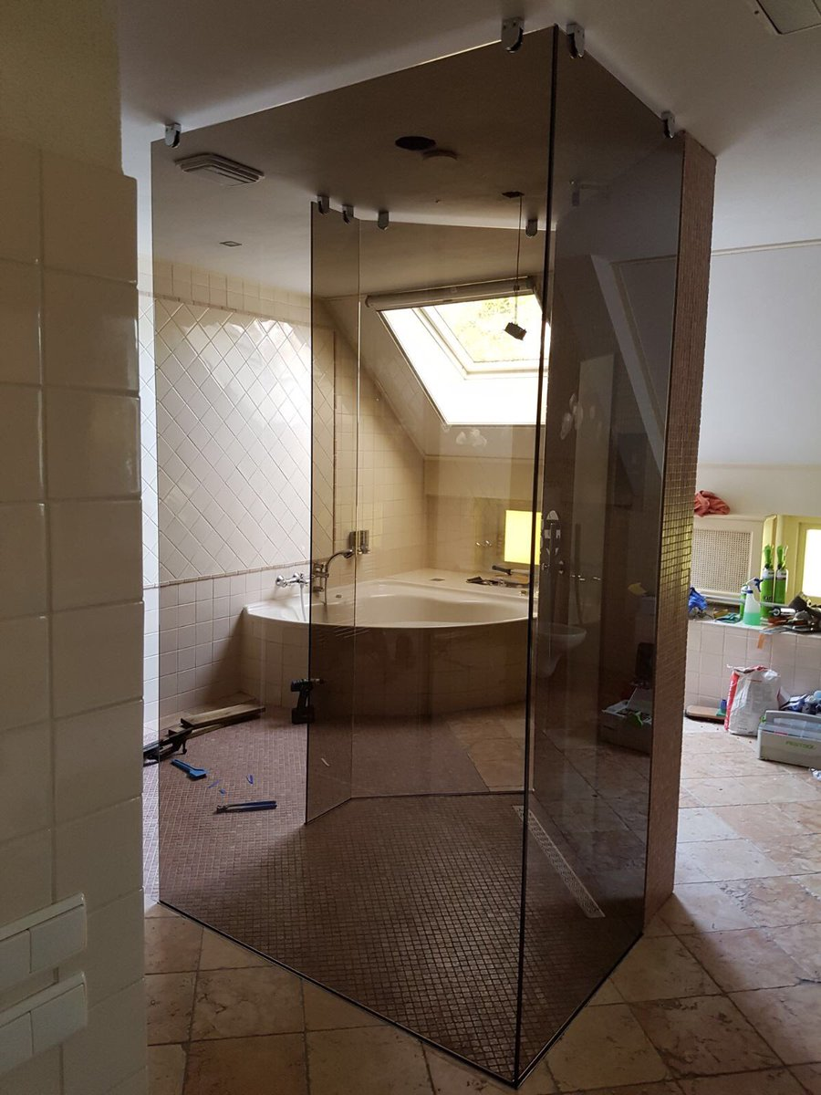 Mooie bronzen vrijstaande douchewand.