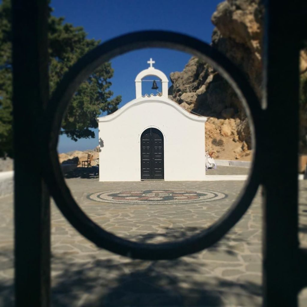 St Paul's through the gate.  #lindos #lindoswedding #rhodes  http:// ift.tt/2y8e4hu  &nbsp;  <br>http://pic.twitter.com/4lia132nad
