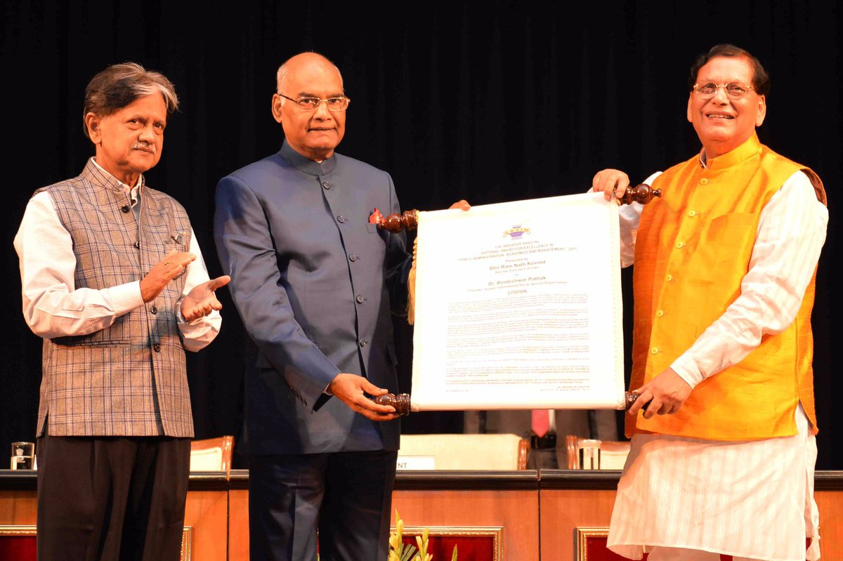 President #RamNathKovind presents Lal Bahadur Shastri National Award to Bindeshwar Pathak at @rashtrapatibhvn.