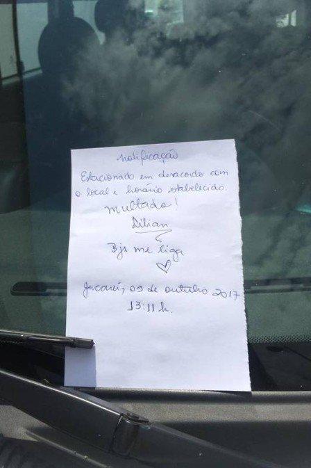 Mulher 'multa' carro da Prefeitura de Jacareí (SP) estacionado em local proibido. https://t.co/hItz2DWNUO