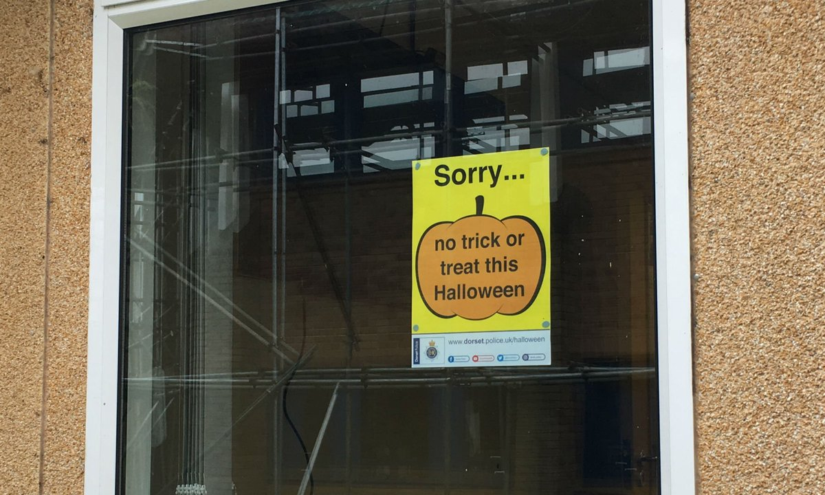 #LatestNews Enjoy yourself this #Halloween, but please respect others.  Advice on a safe Halloween here:  http:// bit.ly/2yIQOZG  &nbsp;  <br>http://pic.twitter.com/vPCEUayBpo