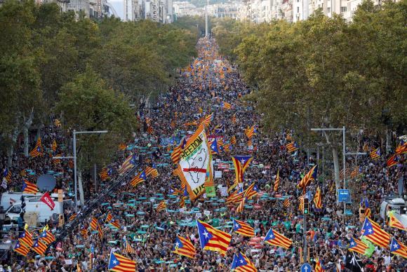 Espanha deve assumir controle da Catalunha e presid. catalão fala em 'golpe' contra a população. https://t.co/YwHfXyX8Ky 📸G. Fuentes/Reuters