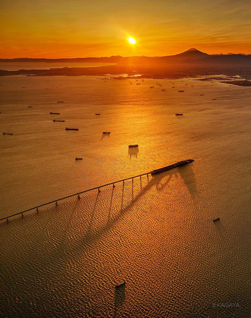 本日の東京湾の夕日です。(飛行機の窓から撮影)遠くに富士山、手前の橋はアクアラインと海ほたるです。今日もお疲れさまでした。おだやかな一週間になりますように。 pic.twitter.com/pq2tJHwuE6
