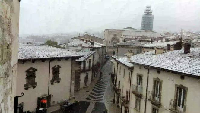 La bomboniera #Pescocostanzo AQ con la prima #neve #23Ottobre https://...