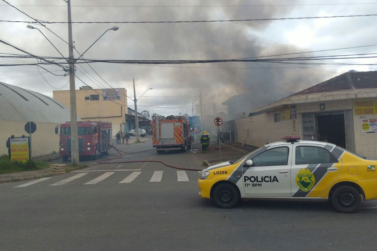 Incêndio assusta moradores de São José dos Pinhais; um homem é levado pro hospital https://t.co/Xq4nQmCnHm