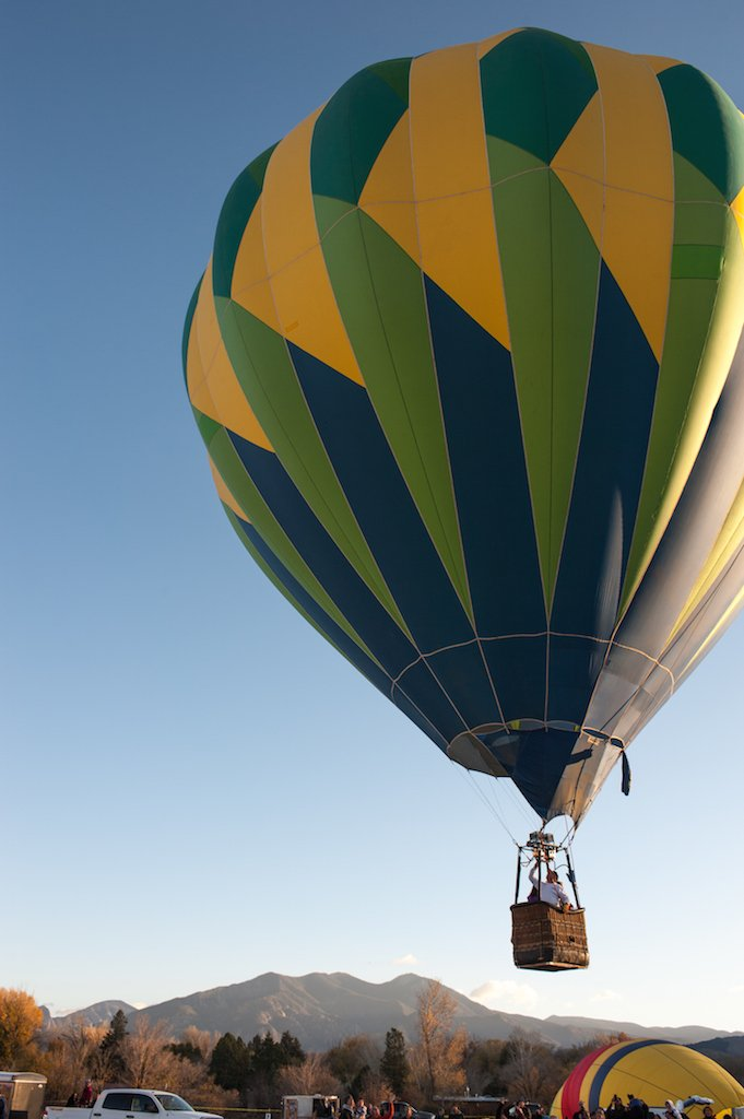 The Taos Mountain Balloon Rally starts this Friday in #Taos. Keep your eyes peeled for #balloons in the sky! <br>http://pic.twitter.com/ynsLrYcWPp