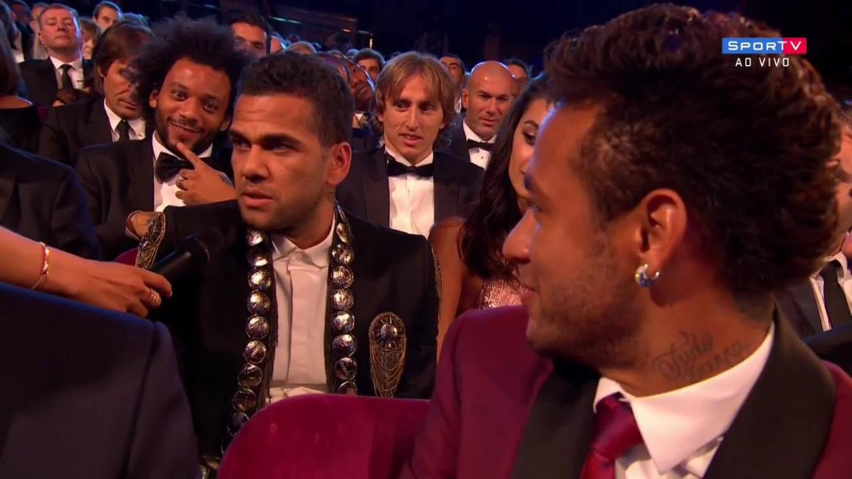 O que Neymar está pensando sobre o modelito do Dani Alves? 😂😂  #Melhor...