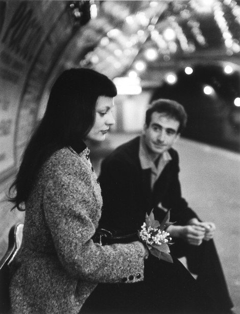 Real life continues on #transit (which is an extension of a city&#39;s streets). Cars kill that life. Doisneau&#39;s Muguet, #Paris métro, 1953. <br>http://pic.twitter.com/v0r6QQtD9V