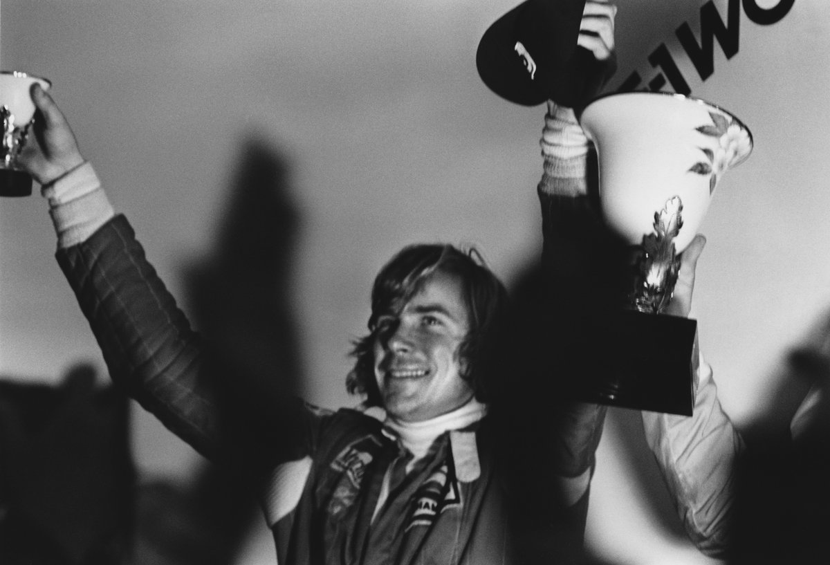 24 OCT, 1976: @McLarenF1&#39;s James Hunt celebrates clinching the #F1 world championship after the final race of an epic season  #OnThisDay<br>http://pic.twitter.com/KCVZzhkNqC