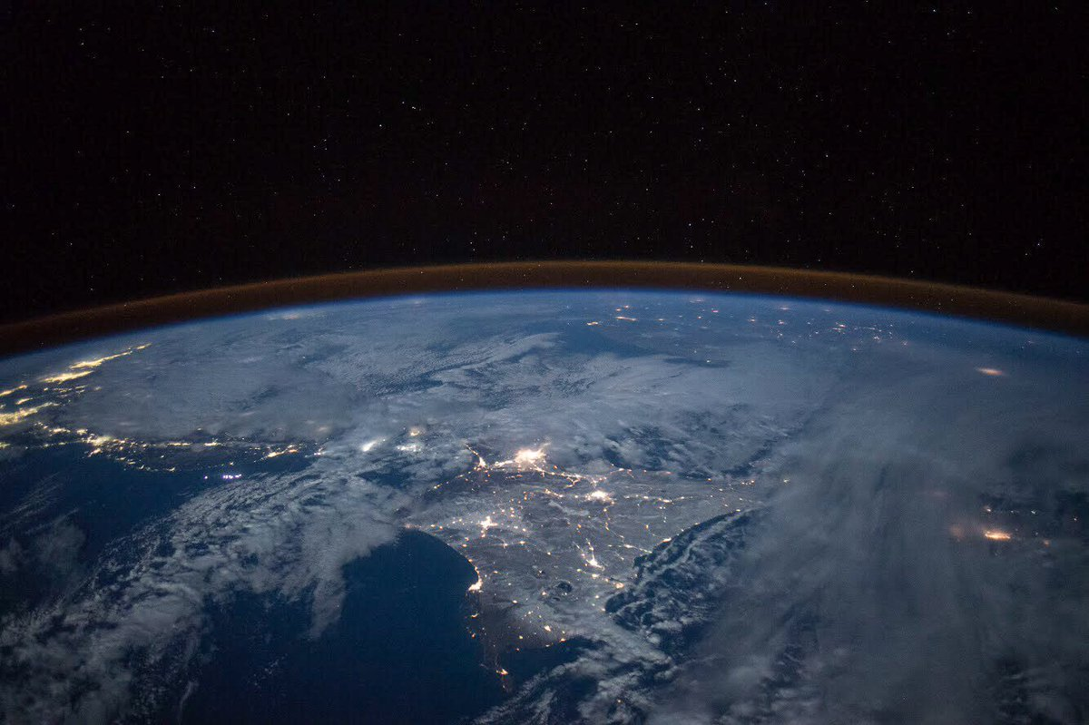 皆さん、おはようございます!昨日は、北海道で激しい雪が降っているのをニュースで見て、驚きました。北海道は、もう冬なんですね。2年前の写真を振り返り、雪景色の北海道を、月明かりで見た時の感動を思い出しました。雪の中での生活は大変ですが、宇宙から見る雪景色は本当に美しいです。 pic.twitter.com/fIhTYQ70Tc