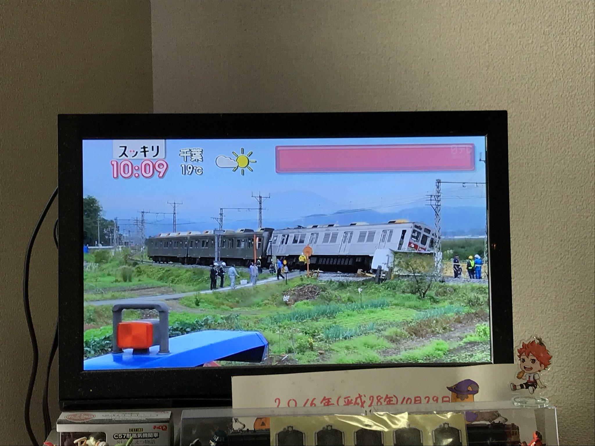 イナバ物置かな?100人乗りのトラックが電車と衝突する事故が起こるwww