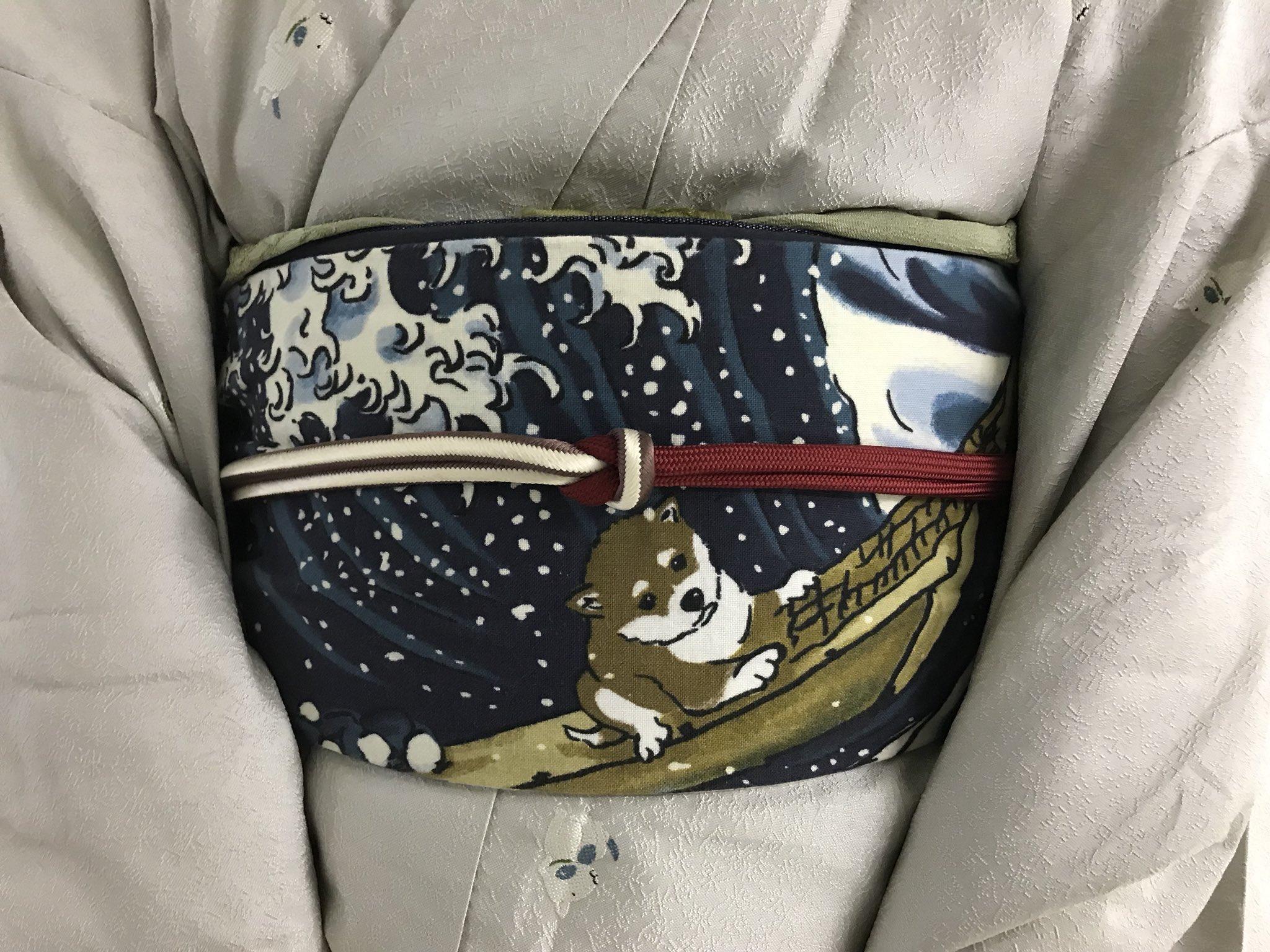 地下鉄駅出口へのエスカレーターで私の前にいらしたご婦人の着物の帯が、こんな素敵な柴犬の〜(≧∀≦) 思わずお願いして写真撮らせて頂きました(≧∀≦)