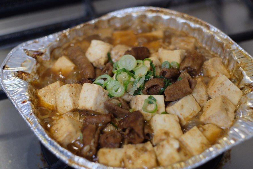 ローソンの最強メニューであるところの冷凍ホルモン鍋に木綿豆腐1パック(180g)を賽の目に切っていれて、水分が飛ぶくらいまで煮込むとおかずにもおつまみにもなる食べ物が爆誕する話ってしましたっけ?