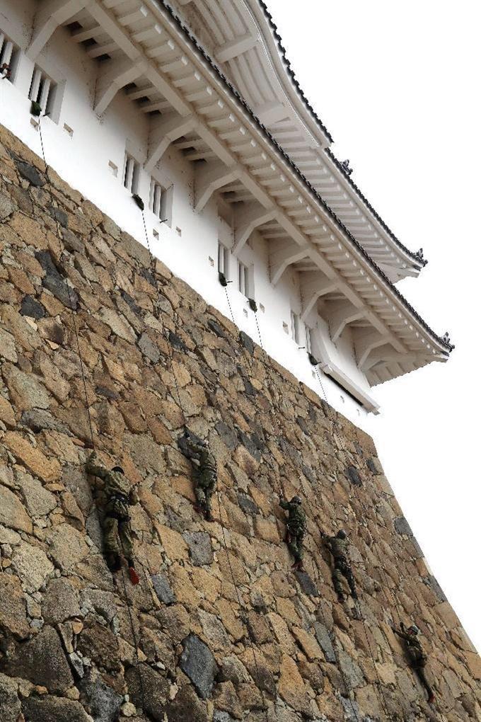 見られたらラッキー?年に数回自衛隊による姫路城の城攻めが行われているwww