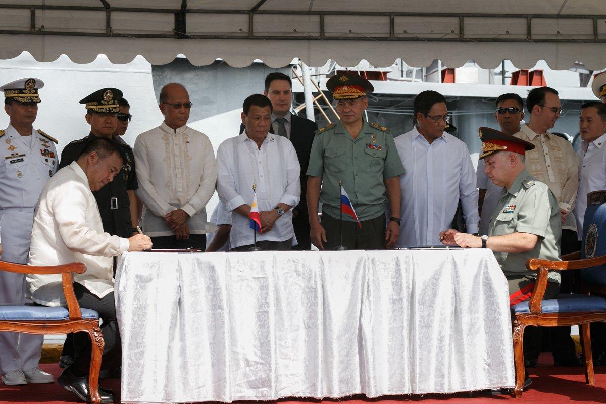 الفلبين تدرس شراء أسلحة من روسيا والصين DM9uEv_X0AEtAD9