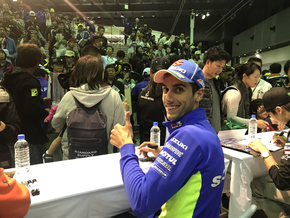 📸 Signing session🖊 time at #motegi #JapaneseGP @suzukicojpmotor @MotoGP @andreaiannone29 @Rins42 https://t.co/VeXhkXwz28