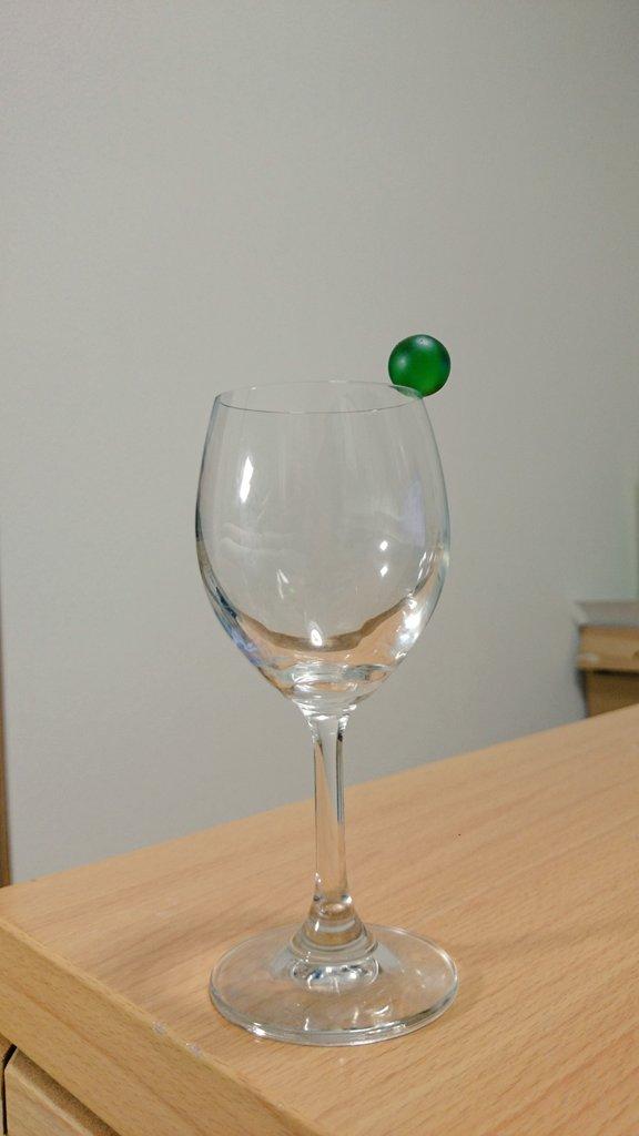 世界で初めてワイングラスの縁にビー玉を乗せた人になった(多分)。