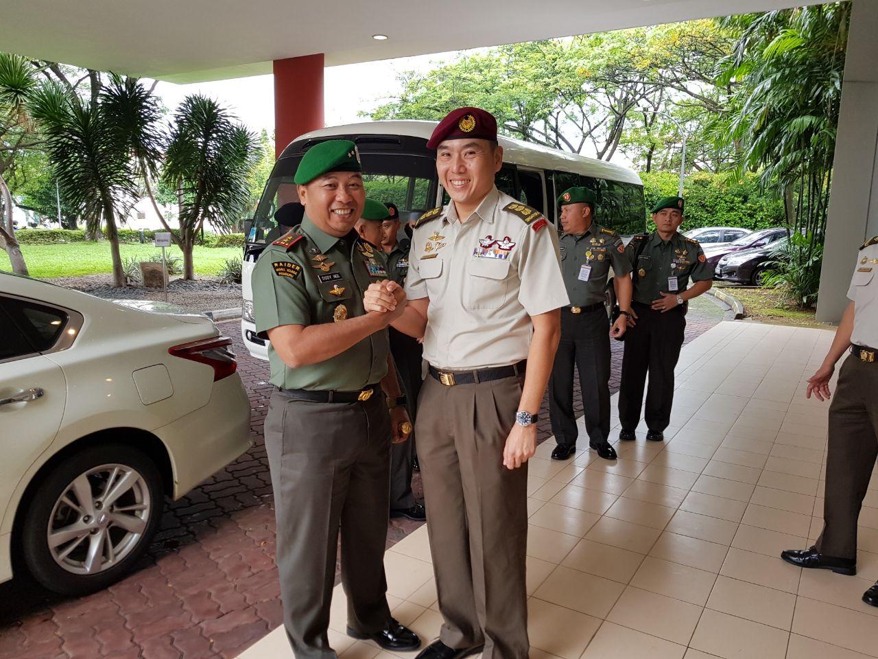 Mayjen TNI Dody Usodo Hargo (kiri) semasa menjabat Komandan Seskoad