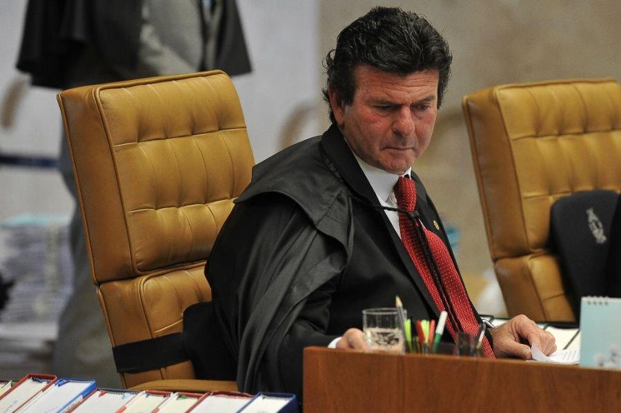 O ministro Luiz Fux, do STF, decide de forma liminar que o governo não pode extraditar Cesare Battisti até que a Corte se manifeste.