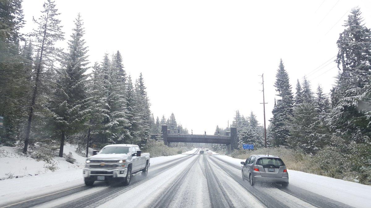 The white stuff on Hwy 26 at Ski Bowl #pdxtst @Oregonian<br>http://pic.twitter.com/yc2G8iJHlj