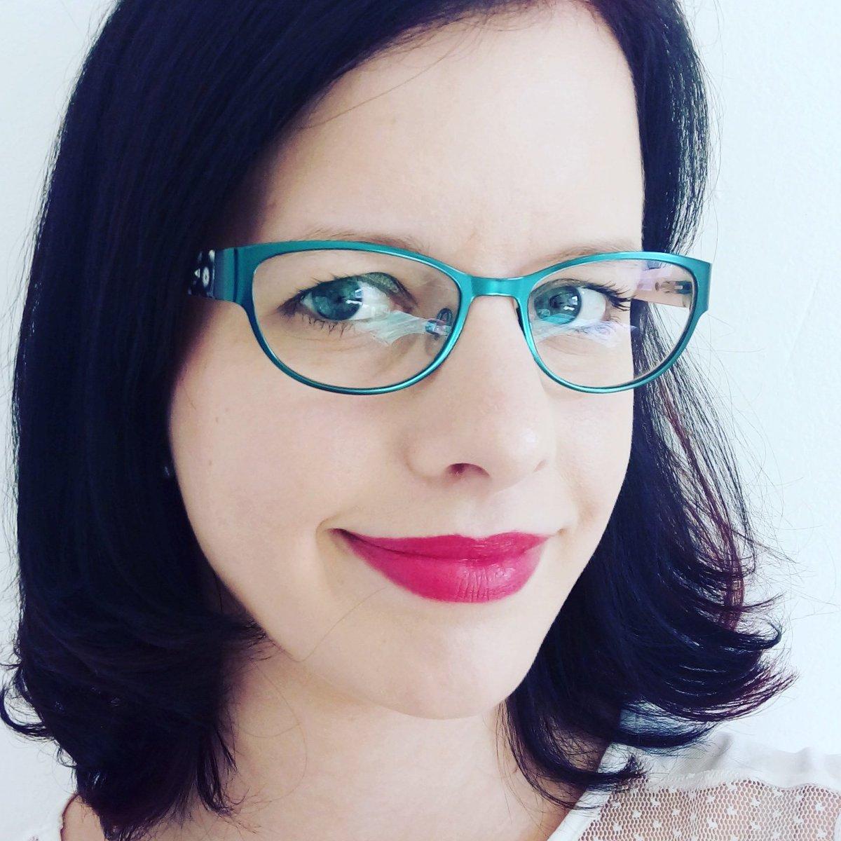"""Kateřina Kňapová on Twitter: """"Když jdeš nakupovat v předstihu vánoční dárky a úplně náhodou narazis na naprosto boží odstín rtěnky #lipstickjunkie… """""""