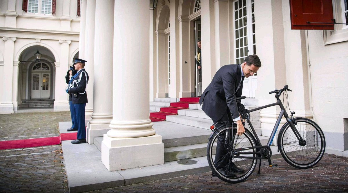 After mopping up spilled coffee, Dutch leader Mark Rutte becomes a symbol of etiquette