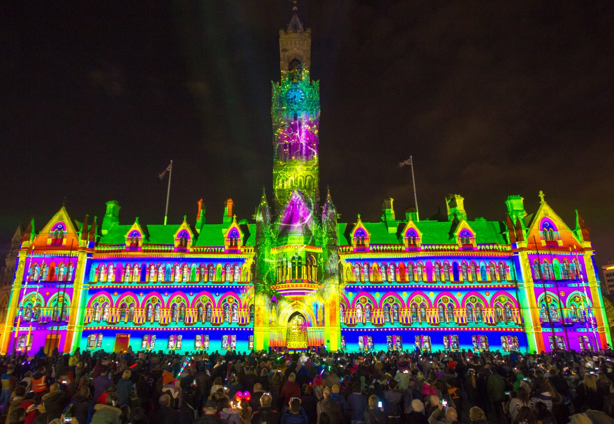 What a great night! Bradford you know how to cheer! #IlluminateBradford @CityParkBD #cityhall #Bradford<br>http://pic.twitter.com/yGkyLqYa9h