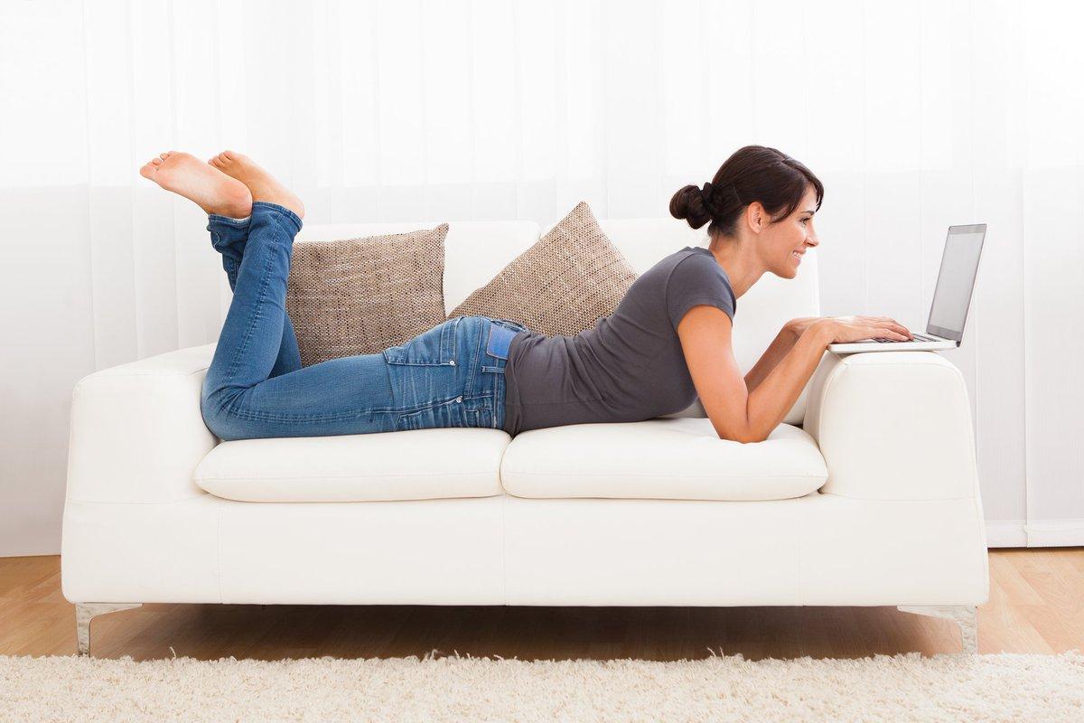 Картинки девушка отдыхает на диване