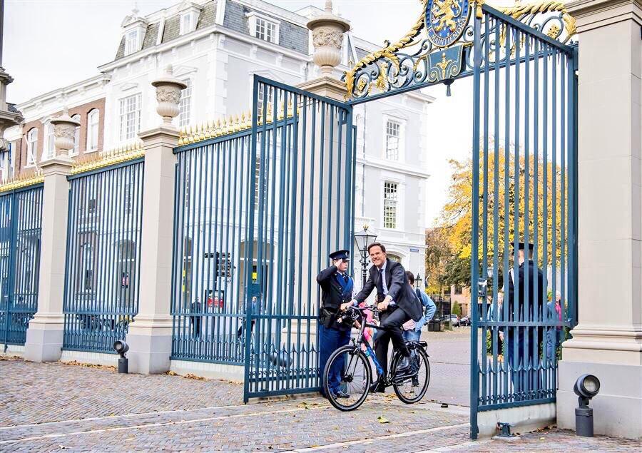 رئيس الوزراء الهولندي يدخل القصر الملكي ثم يركن دراجته قبل الدخول ليخير الملك بتشكيل الحكومة. https://t.co/3mWVPXas0f