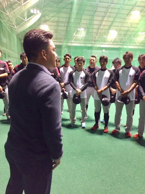 練習前に選手を集め、井口監督が挨拶を行いました。「皆さん貪欲に取り組んでください!」と若手にメッセージを送りました。(広報) #chibalotte
