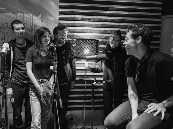 Harry with his band in a recording studios recently!!  #HarryStylesLiveonTour #HarryStyles #Harry #Styles <br>http://pic.twitter.com/AljEsB8cjs