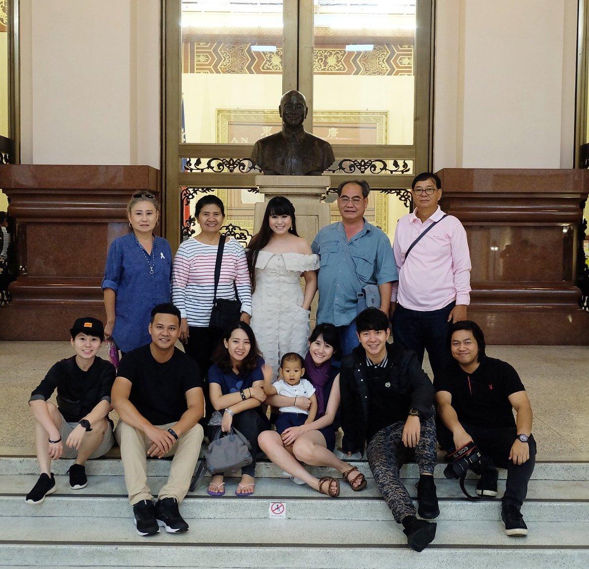 Family Trip in Taiwan  ถ่ายรูปข้างนอก ไม...