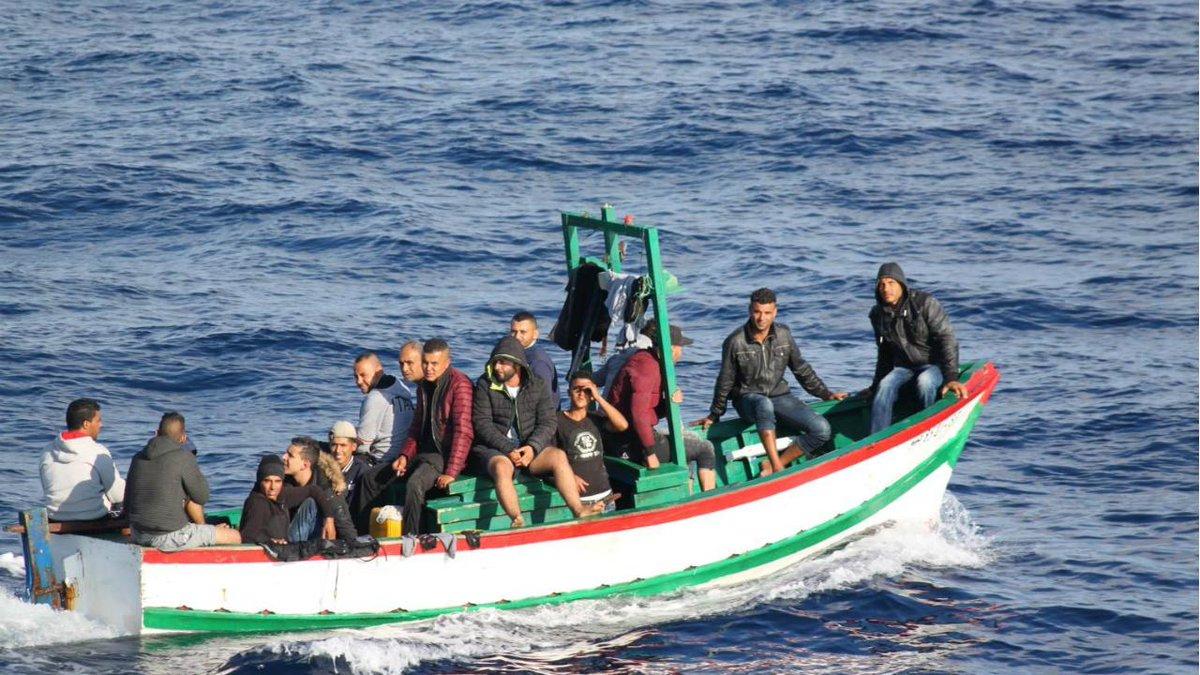 Fuzileiros portugueses apanham 18 tunisinos no Mediterrâneo https://t.co/9Rut36tWB8