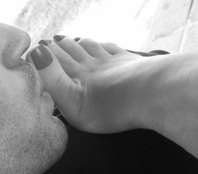 фото мужчины целуют женские ступни имеющейся