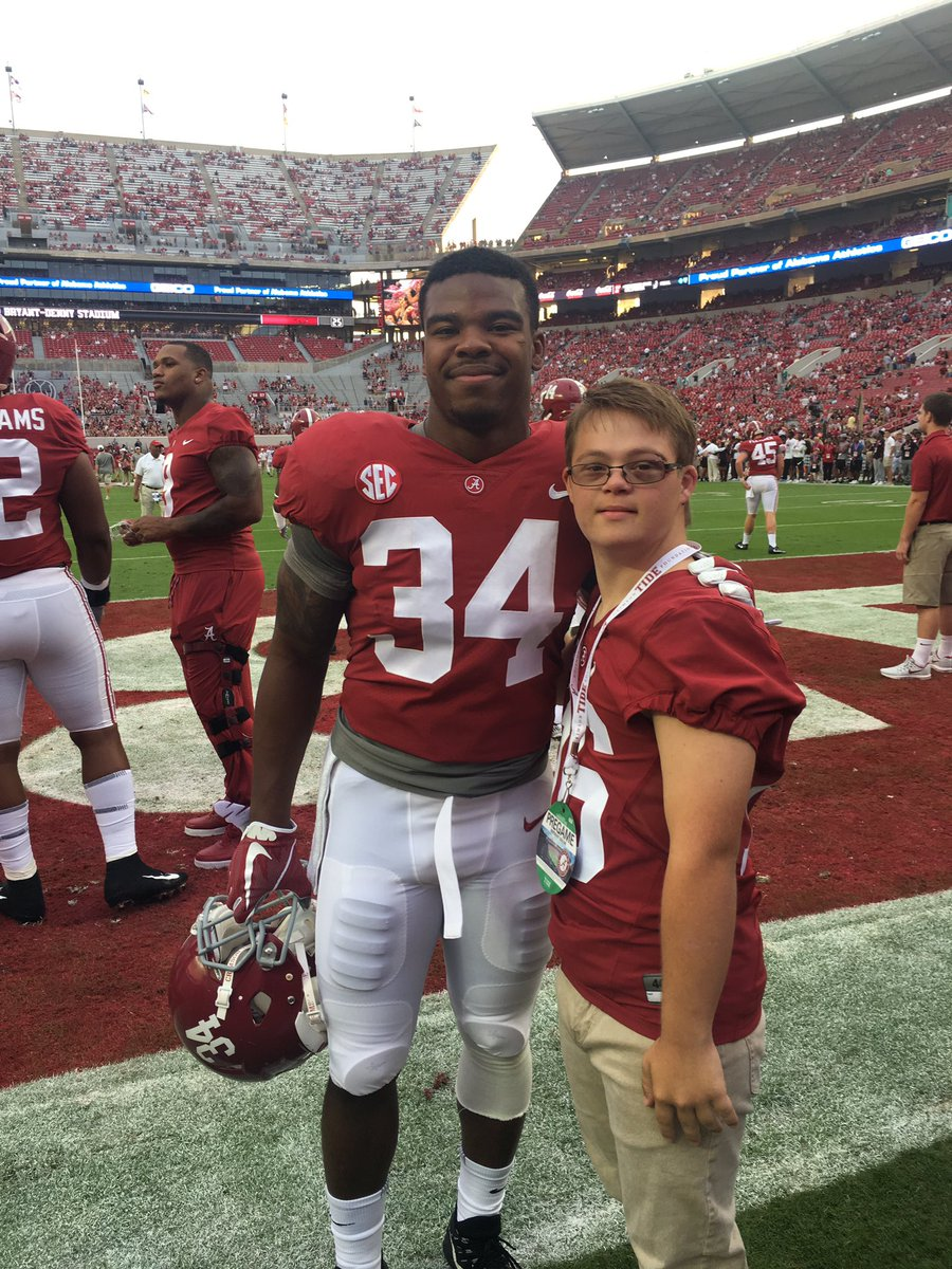 Thank you @DHx34, you are a great player and I was so happy to meet you! #DamienHarris #RollTide #RTR #Alabama @AlabamaFTBL @SEC @ESPNCFB<br>http://pic.twitter.com/31YWRINW98