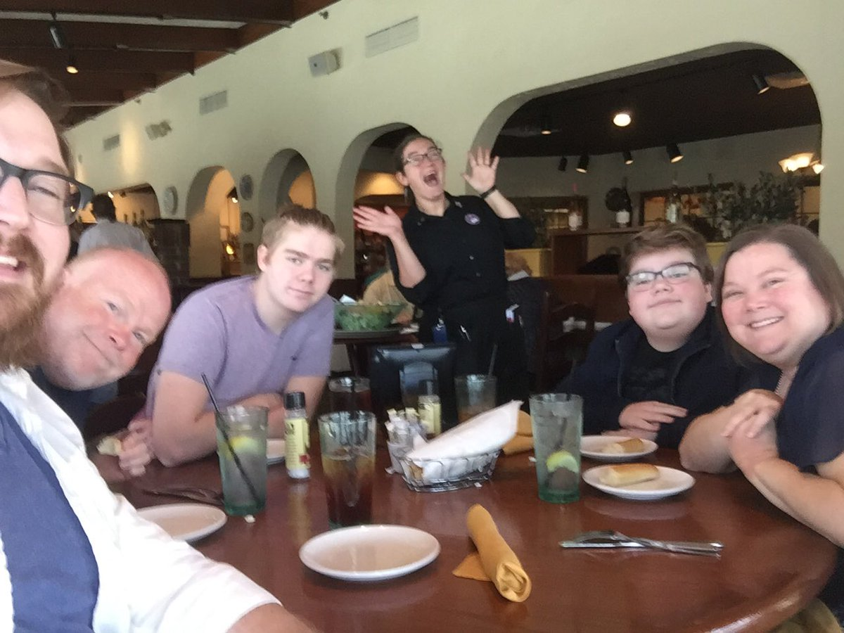 Lunch with the fam!  And my favorite waitress who also happens to be my sister-in-law!  #olivegarden #benhanscom #lunch #familytime <br>http://pic.twitter.com/4rTXpyNtpJ