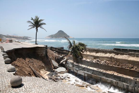 Engenheiros fazem vistoria em desmoronamento na Praia da Macumba. https://t.co/gAJBR2MA5k 📷 Arquivo ABr