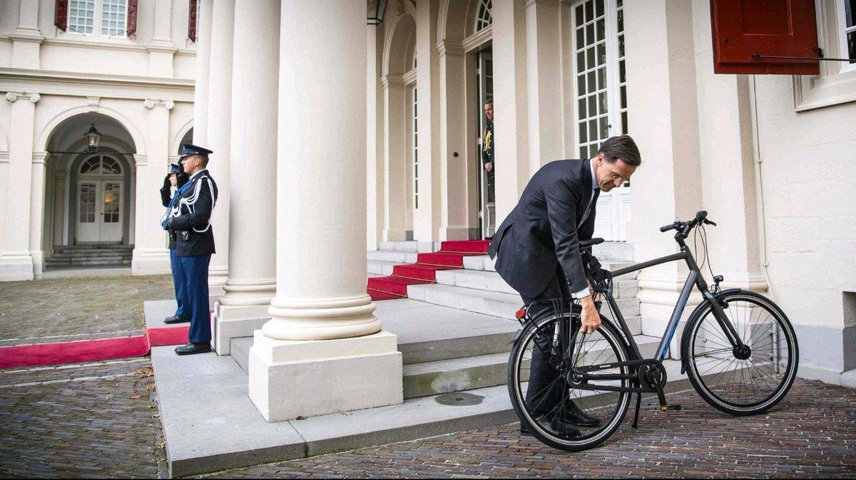Le Premier ministre néerlandais gare son véhicule de fonction devant le palais royal, où il va évoquer la formation de son gouvernement